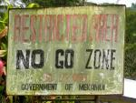 Kyltti, jossa lukee restricted area, no go zone, by order government of Mekamui.